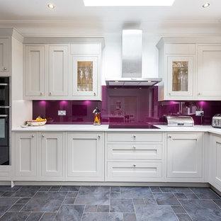 Idéer för ett stort, avskilt modernt l-kök, med skåp i shakerstil, rosa stänkskydd, glaspanel som stänkskydd, en undermonterad diskho, beige skåp, svarta vitvaror och blått golv
