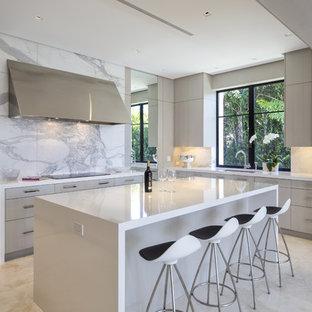 Foto di una cucina ad ambiente unico contemporanea di medie dimensioni con lavello sottopiano, ante lisce, ante in legno chiaro, top in laminato, paraspruzzi bianco, paraspruzzi in lastra di pietra, pavimento in marmo, isola e elettrodomestici in acciaio inossidabile
