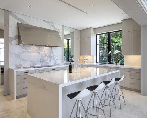 Attraktiv Mittelgroße, Offene Moderne Küche Mit Unterbauwaschbecken, Flächenbündigen  Schrankfronten, Hellen Holzschränken, Laminat
