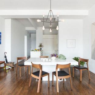 Idee per una cucina abitabile minimal con ante lisce, ante bianche, pavimento in legno massello medio e pavimento arancione