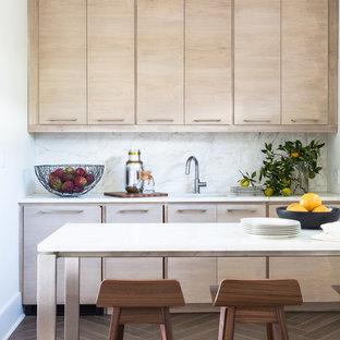 Idee per una piccola cucina design con lavello sottopiano, ante lisce, ante con finitura invecchiata, top in marmo, paraspruzzi bianco, paraspruzzi in lastra di pietra, elettrodomestici da incasso e pavimento in gres porcellanato