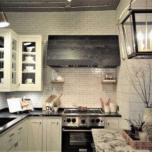 Landhaus Küche mit Granit-Arbeitsplatte, Küchenrückwand in Weiß, Vinylboden und Kücheninsel in Minneapolis