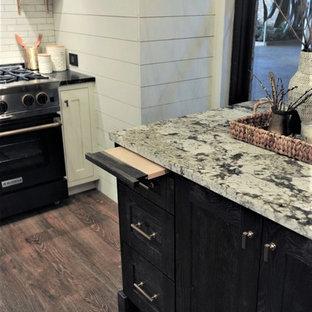 Стильный дизайн: кухня в стиле кантри с белыми фасадами, гранитной столешницей, белым фартуком, полом из винила и островом - последний тренд