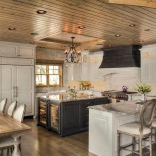 デンバーの中サイズのシャビーシック調のおしゃれなキッチン (エプロンフロントシンク、レイズドパネル扉のキャビネット、白いキャビネット、大理石カウンター、シルバーの調理設備の、濃色無垢フローリング、茶色い床) の写真