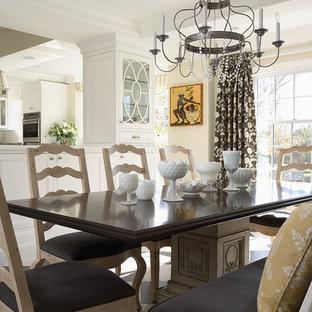 Ejemplo de cocina comedor clásica con armarios tipo vitrina y puertas de armario blancas