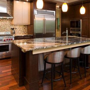 ミネアポリスの大きいアジアンスタイルのおしゃれなキッチン (アンダーカウンターシンク、フラットパネル扉のキャビネット、濃色木目調キャビネット、御影石カウンター、マルチカラーのキッチンパネル、ガラスタイルのキッチンパネル、シルバーの調理設備の、濃色無垢フローリング、茶色い床) の写真