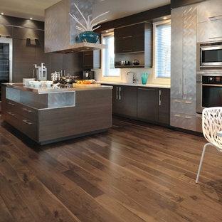 Einzeilige, Große Moderne Küche mit flächenbündigen Schrankfronten, braunen Schränken, Kupfer-Arbeitsplatte, Bambusparkett, Kücheninsel, braunem Boden und weißer Arbeitsplatte in Toronto