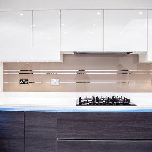 Idéer för att renovera ett funkis kök, med beige stänkskydd och glaspanel som stänkskydd