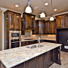 Traditional Kitchen by CW Homes Inc.