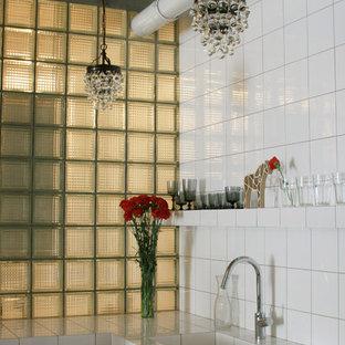 Idéer för industriella kök, med en integrerad diskho, vita skåp, kaklad bänkskiva och vitt stänkskydd