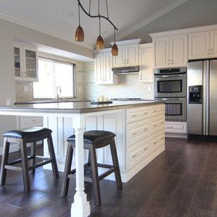 Mittelgroße Moderne Wohnküche in L-Form mit Unterbauwaschbecken, weißen Schränken, Quarzit-Arbeitsplatte, Küchenrückwand in Beige, Rückwand aus Porzellanfliesen, Küchengeräten aus Edelstahl, Linoleum und Kücheninsel in Orange County