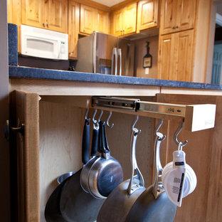 На фото: с невысоким бюджетом маленькие п-образные кухни в классическом стиле с врезной раковиной, фасадами с выступающей филенкой, светлыми деревянными фасадами, гранитной столешницей и техникой из нержавеющей стали