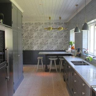 マルメの中サイズのトランジショナルスタイルのおしゃれなキッチン (ダブルシンク、レイズドパネル扉のキャビネット、グレーのキャビネット、大理石カウンター、シルバーの調理設備の、無垢フローリング、アイランドなし) の写真