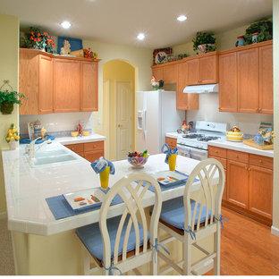サクラメントのカントリー風おしゃれなキッチン (フラットパネル扉のキャビネット、タイルカウンター、白いキッチンカウンター) の写真