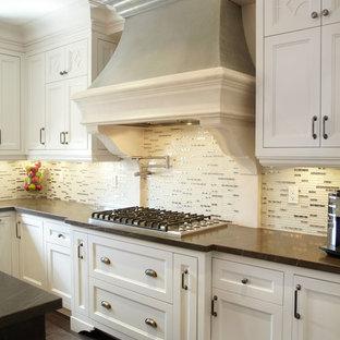 Inspiration för stora klassiska kök, med rostfria vitvaror, luckor med profilerade fronter, vita skåp, stänkskydd med metallisk yta, stänkskydd i stickkakel, mörkt trägolv och en köksö