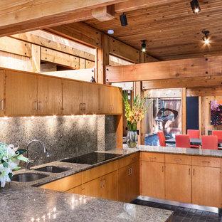 Idéer för mellanstora funkis grått kök, med en dubbel diskho, släta luckor, skåp i mellenmörkt trä, granitbänkskiva, grått stänkskydd, stänkskydd i sten, rostfria vitvaror, tegelgolv, en köksö och svart golv