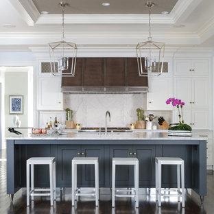 Idéer för att renovera ett stort vintage kök, med vita skåp, marmorbänkskiva, vitt stänkskydd, stänkskydd i sten, mörkt trägolv, en köksö och skåp i shakerstil