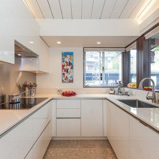 Diseño de cocina en U, contemporánea, pequeña, cerrada, sin isla, con fregadero bajoencimera, armarios con paneles lisos, puertas de armario blancas, salpicadero metalizado, salpicadero de metal, electrodomésticos con paneles y encimera de cuarzo compacto
