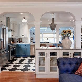 他の地域の中くらいのエクレクティックスタイルのおしゃれなキッチン (エプロンフロントシンク、青いキャビネット、クオーツストーンカウンター、白いキッチンパネル、サブウェイタイルのキッチンパネル、シルバーの調理設備、磁器タイルの床、アイランドなし、マルチカラーの床、落し込みパネル扉のキャビネット) の写真