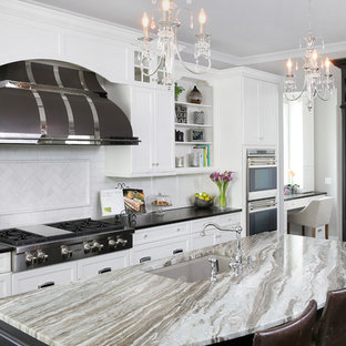 Esempio di una grande cucina tradizionale con lavello sottopiano, ante bianche, top in quarzo composito, paraspruzzi bianco, paraspruzzi con piastrelle diamantate, elettrodomestici in acciaio inossidabile, parquet scuro, isola e ante con riquadro incassato
