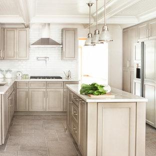 Große Klassische Küche in U-Form mit Unterbauwaschbecken, Schrankfronten mit vertiefter Füllung, beigen Schränken, Küchenrückwand in Weiß, Rückwand aus Metrofliesen, Elektrogeräten mit Frontblende, Kücheninsel, Marmor-Arbeitsplatte und Keramikboden in Atlanta