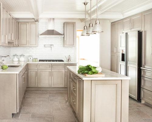 Cucina con ante beige e pavimento con piastrelle in ceramica