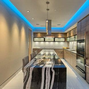 ロサンゼルスの広いコンテンポラリースタイルのおしゃれなキッチン (シングルシンク、フラットパネル扉のキャビネット、中間色木目調キャビネット、オニキスカウンター、グレーのキッチンパネル、セラミックタイルのキッチンパネル、白い調理設備、セラミックタイルの床、白い床) の写真