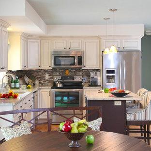 Idéer för mellanstora vintage kök, med en undermonterad diskho, luckor med upphöjd panel, vita skåp, marmorbänkskiva, flerfärgad stänkskydd, stänkskydd i glaskakel, rostfria vitvaror, ljust trägolv och en köksö