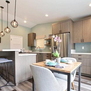 Пример оригинального дизайна: линейная кухня-гостиная среднего размера в стиле модернизм с одинарной раковиной, плоскими фасадами, серыми фасадами, столешницей из кварцевого композита, синим фартуком, фартуком из стеклянной плитки, техникой из нержавеющей стали, полом из бамбука, островом и серым полом