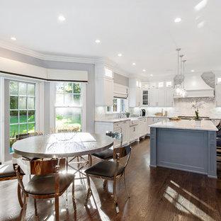 Idéer för ett stort modernt kök, med en trippel diskho, skåp i shakerstil, vita skåp, marmorbänkskiva, vitt stänkskydd, rostfria vitvaror och en köksö