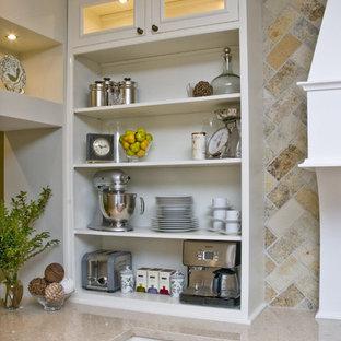 Zweizeilige, Große Klassische Küche mit Marmor-Arbeitsplatte, offenen Schränken, weißen Schränken, bunter Rückwand, Landhausspüle, Küchengeräten aus Edelstahl, hellem Holzboden, Kücheninsel und Kalk-Rückwand in Chicago
