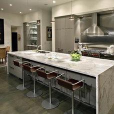 Modern Kitchen by Gavin Rae / Legacy Kitchens