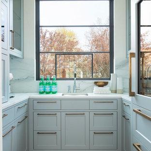Exempel på ett klassiskt kök, med en undermonterad diskho, skåp i shakerstil, fönster som stänkskydd, ljust trägolv och beiget golv