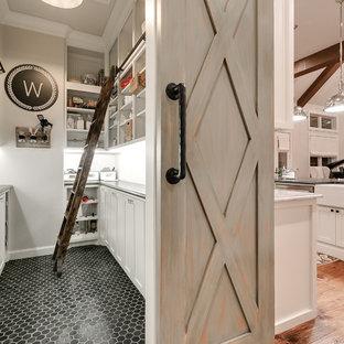Idéer för ett lantligt grå skafferi, med skåp i shakerstil, vita skåp och svart golv