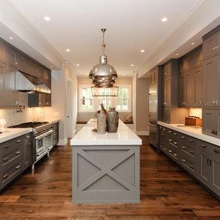 Idéer för att renovera ett avskilt, mellanstort lantligt u-kök, med skåp i shakerstil, grå skåp, vitt stänkskydd, rostfria vitvaror, mellanmörkt trägolv, en köksö, en rustik diskho och bänkskiva i koppar