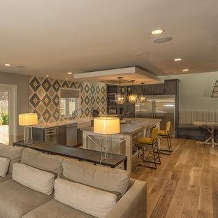 Idéer för ett stort retro linjärt kök och matrum, med en rustik diskho, släta luckor, grå skåp, bänkskiva i kvarts, grått stänkskydd, stänkskydd i cementkakel, rostfria vitvaror, ljust trägolv och en köksö