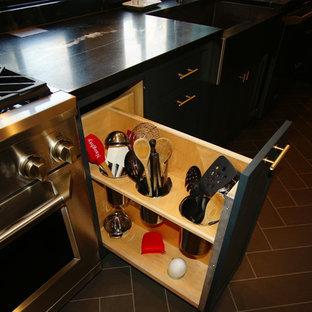 Inspiration för mellanstora industriella kök, med en rustik diskho, släta luckor, grå skåp, bänkskiva i täljsten, rostfria vitvaror, klinkergolv i porslin och en köksö