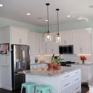 他の地域の大きいカントリー風おしゃれなキッチン (エプロンフロントシンク、シェーカースタイル扉のキャビネット、白いキャビネット、珪岩カウンター、白いキッチンパネル、緑のキッチンカウンター、茶色い床、シルバーの調理設備の) の写真