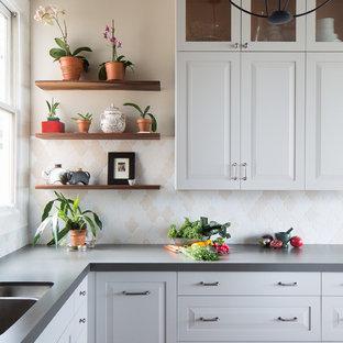 Mittelgroße Klassische Wohnküche in L-Form mit Unterbauwaschbecken, weißen Schränken, Quarzwerkstein-Arbeitsplatte, bunter Rückwand, Rückwand aus Keramikfliesen, Küchengeräten aus Edelstahl, Halbinsel, profilierten Schrankfronten und Porzellan-Bodenfliesen in San Francisco