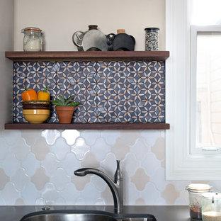 Неиссякаемый источник вдохновения для домашнего уюта: угловая кухня среднего размера в стиле кантри с обеденным столом, врезной раковиной, фасадами с выступающей филенкой, белыми фасадами, столешницей из кварцевого композита, техникой из нержавеющей стали, пробковым полом, полуостровом, разноцветным фартуком, фартуком из плитки мозаики и коричневым полом