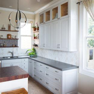 Idéer för mellanstora funkis kök, med en undermonterad diskho, vita skåp, bänkskiva i kvarts, beige stänkskydd, stänkskydd i keramik, rostfria vitvaror, en halv köksö och luckor med upphöjd panel
