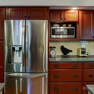 プロビデンスの大きいカントリー風おしゃれなキッチン (エプロンフロントシンク、シェーカースタイル扉のキャビネット、緑のキャビネット、御影石カウンター、黄色いキッチンパネル、セラミックタイルのキッチンパネル、シルバーの調理設備の、無垢フローリング) の写真
