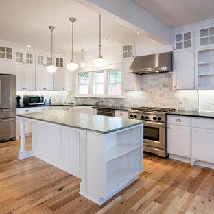 ポートランドの中サイズのカントリー風おしゃれなキッチン (エプロンフロントシンク、シェーカースタイル扉のキャビネット、白いキャビネット、御影石カウンター、マルチカラーのキッチンパネル、大理石の床、シルバーの調理設備の、淡色無垢フローリング、茶色い床、緑のキッチンカウンター) の写真