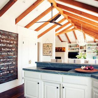 Idéer för att renovera ett lantligt blå blått kök, med luckor med upphöjd panel, vita skåp och mörkt trägolv