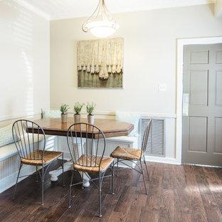 Bild på ett mellanstort lantligt kök, med en nedsänkt diskho, skåp i shakerstil, granitbänkskiva, stänkskydd med metallisk yta, stänkskydd i metallkakel, rostfria vitvaror, mellanmörkt trägolv och en köksö