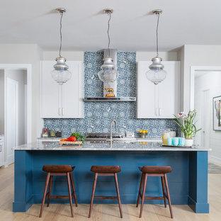 Foto di una cucina classica di medie dimensioni con ante in stile shaker, ante bianche, top in marmo, paraspruzzi con piastrelle di cemento, elettrodomestici in acciaio inossidabile, parquet chiaro, isola e paraspruzzi multicolore