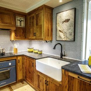 他の地域のカントリー風おしゃれなキッチン (エプロンフロントシンク、シェーカースタイル扉のキャビネット、中間色木目調キャビネット、御影石カウンター、白いキッチンパネル、モザイクタイルのキッチンパネル、カラー調理設備、淡色無垢フローリング) の写真