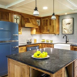 他の地域のカントリー風おしゃれなアイランドキッチン (エプロンフロントシンク、シェーカースタイル扉のキャビネット、中間色木目調キャビネット、黄色いキッチンパネル、モザイクタイルのキッチンパネル、カラー調理設備、淡色無垢フローリング) の写真