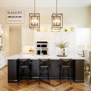 フェニックスの大きいカントリー風おしゃれなキッチン (エプロンフロントシンク、シェーカースタイル扉のキャビネット、白いキャビネット、クオーツストーンカウンター、グレーのキッチンパネル、モザイクタイルのキッチンパネル、シルバーの調理設備の、無垢フローリング) の写真