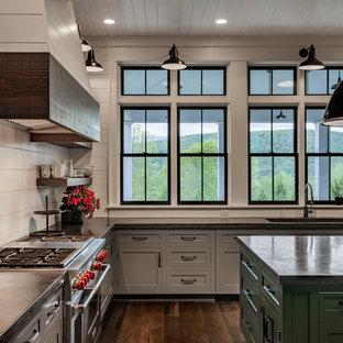 Große Landhausstil Wohnküche in U-Form mit Waschbecken, Schrankfronten im Shaker-Stil, grauen Schränken, Betonarbeitsplatte, Küchenrückwand in Weiß, Küchengeräten aus Edelstahl, dunklem Holzboden, Kücheninsel, braunem Boden, schwarzer Arbeitsplatte und Rückwand aus Holzdielen in New York